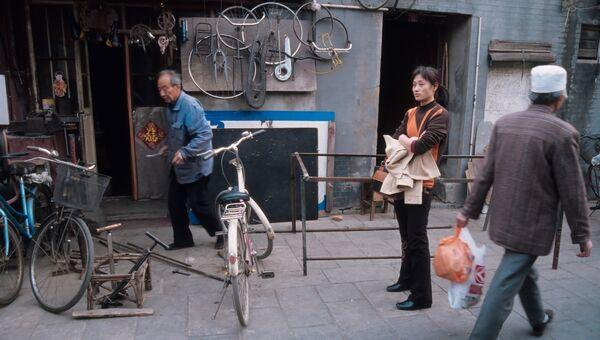 Ремонт велосипедов в старом квартале Пекина. Архивное фото