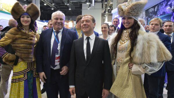 Председатель правительства РФ Дмитрий Медведев после осмотра стендов на выставке Российского инвестиционного форума в Сочи
