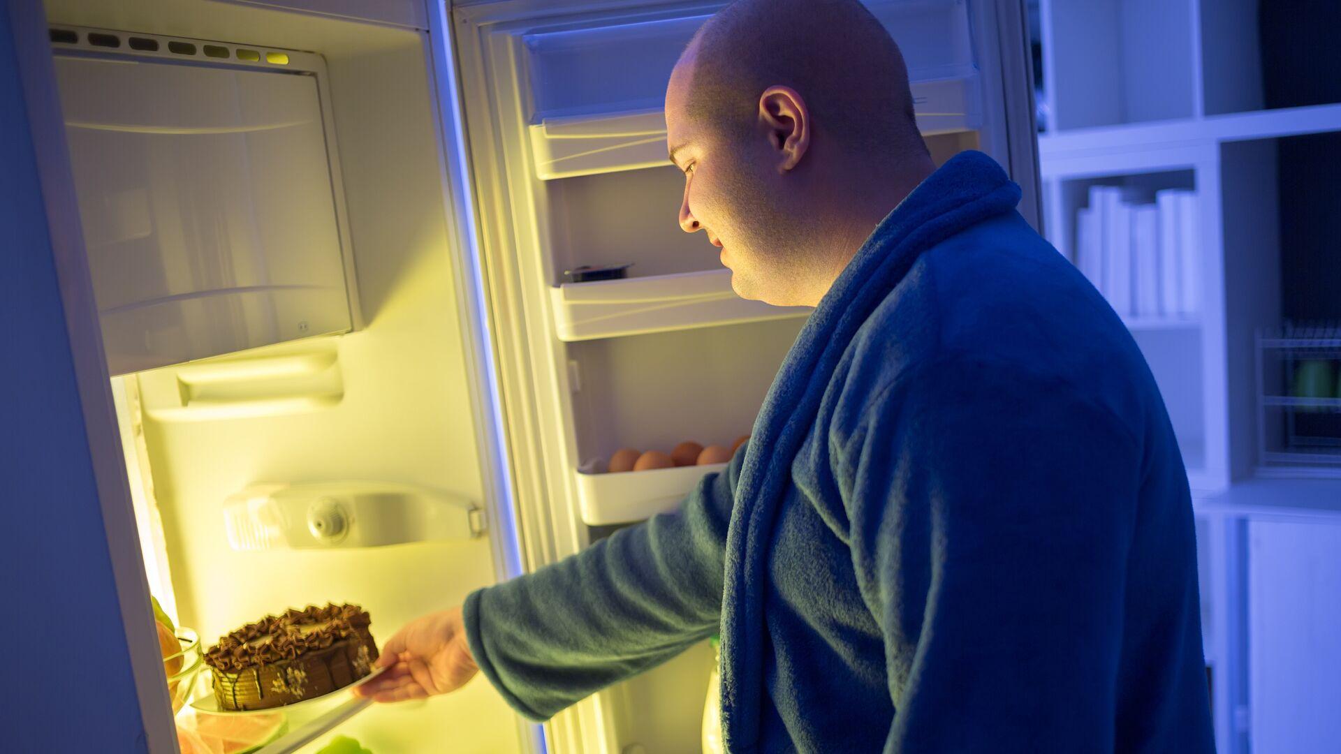 Толстый мужчина у холодильника - РИА Новости, 1920, 14.01.2021