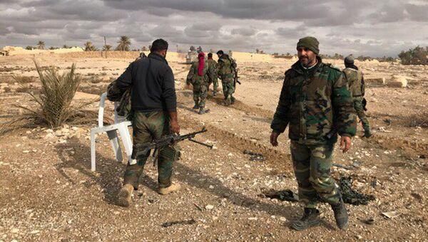 Военнослужащие Сирийской Арабской Республики возле историко-архитектурного комплекса Древней Пальмиры в сирийской провинции Хомс
