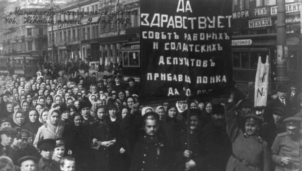 Демонстрация на Невском проспекте под лозунгом Да здравствует Совет Рабочих и Солдатских депутатов!. 9 апреля 1917