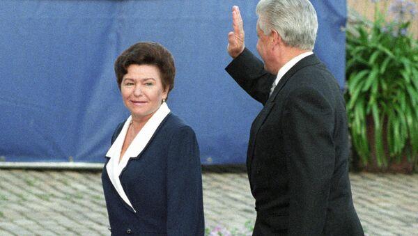 Президент РФ Борис Ельцин с супругой Наиной Ельциной во время совещания на высшем уровне по безопасности и сотрудничеству в Европе Хельсинки - 2