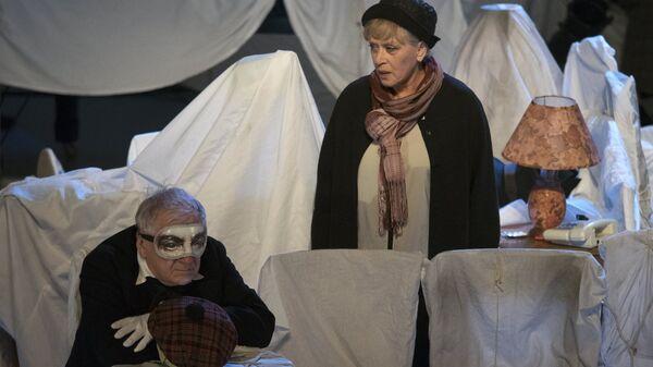Актер Георгий Штиль в роли Додо и актриса Алиса Фрейндих в роли Алисы в спектакле Алиса. Архивное фото