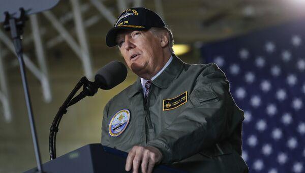 Президент США Дональд Трамп выступает перед моряками на борту авианосца Джеральд Форд. 2 марта 2017