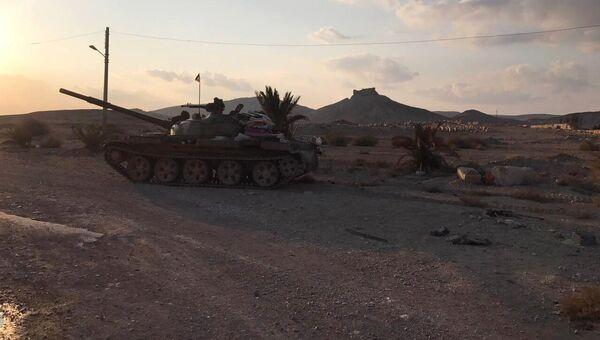 Танк Т-62 в окрестностях Древней Пальмиры в сирийской провинции Хомс