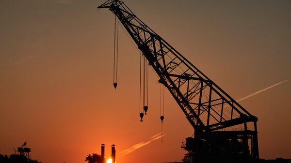 Вид на ОАО Северная верфь на рассвете в Санкт-Петербурге. Архивное фото