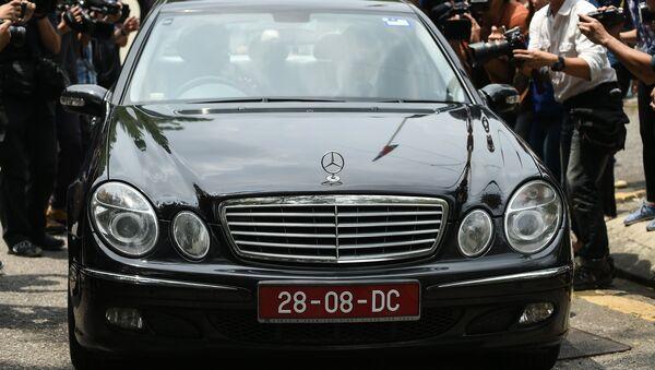 Советник-посланник КНДР Ким Ю Сон покидает посольство в Куала-Лумпуре. Архивное фото