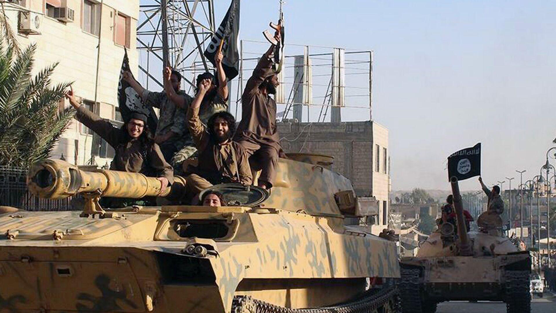 Боевики террористической группировки Исламское государство (ИГ, запрещена в РФ) в городе Ракка, Сирия - РИА Новости, 1920, 04.11.2020
