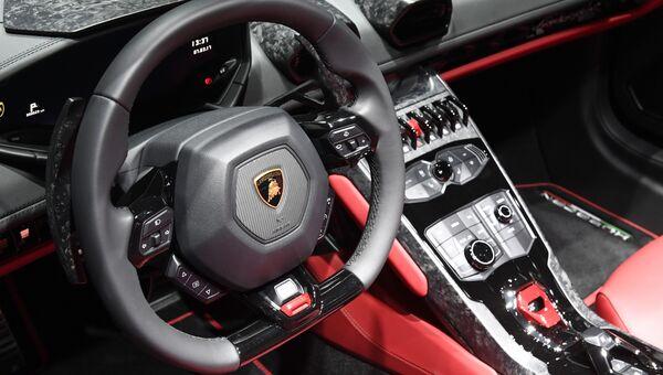 Интерьер автомобиля Lamborghini Huracan. Архивное фото.