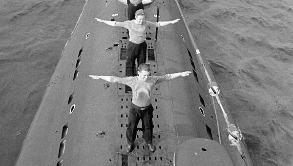 Моряки-подводники делают утреннюю зарядку