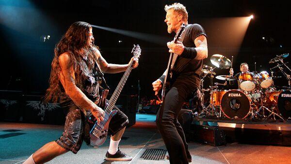 Бас-гитарист группы Metallica Роберт Трухильо и вокалист группы Джеймс Хэтфилд на концерте во время турне World Magnetic Tour в Вильнюсе