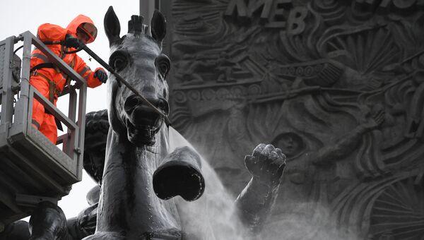 Сотрудник ГБУ Гормост моет памятник Георгию Победоносцу на Поклонной горе