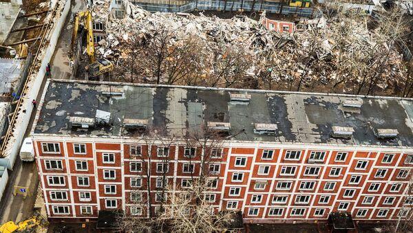 Снос пятиэтажного жилого дома по улице Народного ополчения в Москве. Архивное фото