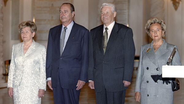 Супруга Президента РФ Наина Ельцина, Жак Ширак, Борис Ельцин и супруга Президента Франции Бернадет Ширак во время торжественной встречи в Кремле. 1997 год