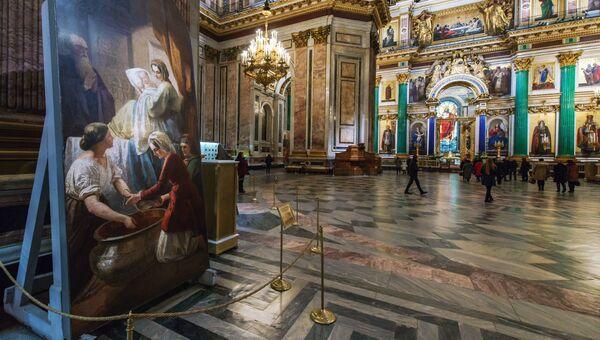 Интерьер Исаакиевского собора. Слева - мозаика Рождество Богородицы