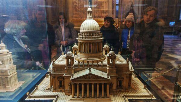 Туристы рассматривают макет Исаакиевского собора