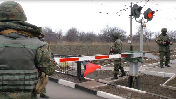 Украинские полицейские на железнодорожном переезде в районе станции Кривой Торец в Донецкой области. Архивное фото