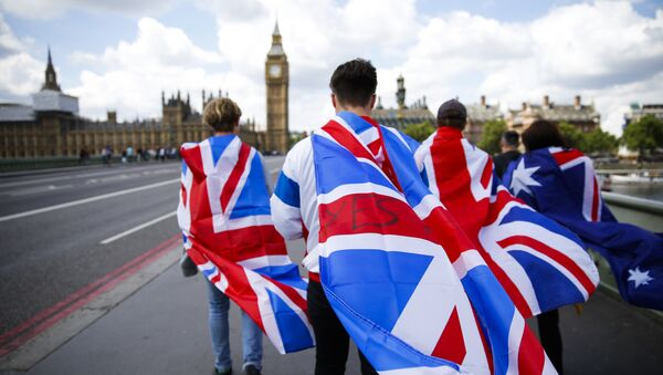 Люди с флагами Великобритании на Вестминстерском мосту в Лондоне