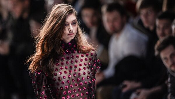Модель демонстрирует одежду из новой коллекции дизайнера Александра Рогова в рамках Mercedes-Benz Fashion Week Russia в Центральном выставочном зале Манеж в Москве