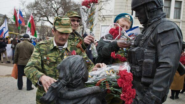 Возложение цветов к памятнику Вежливым людям во время праздничных мероприятий, посвященных Дню Общекрымского референдума 2014 года, в Симферополе