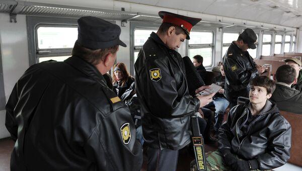 Полицейские в вагоне электрички на одном из вокзалов Санкт-Петербурга. Архивное фото