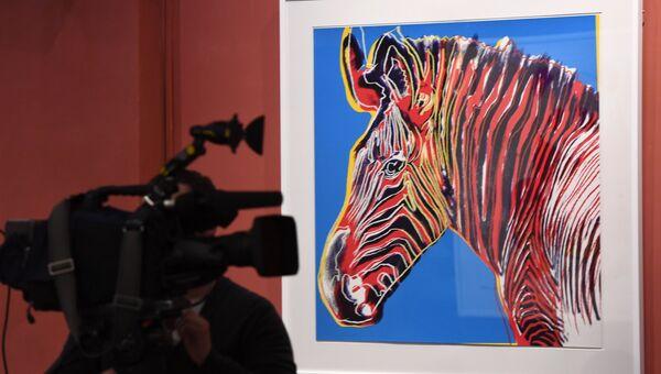 Оператор на открытии выставки Энди Уорхол. Вымирающие виды в Дарвиновском музее в Москве