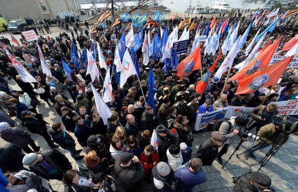 Участники митинга в честь третьей годовщины воссоединения Крыма с Россией во Владивостоке