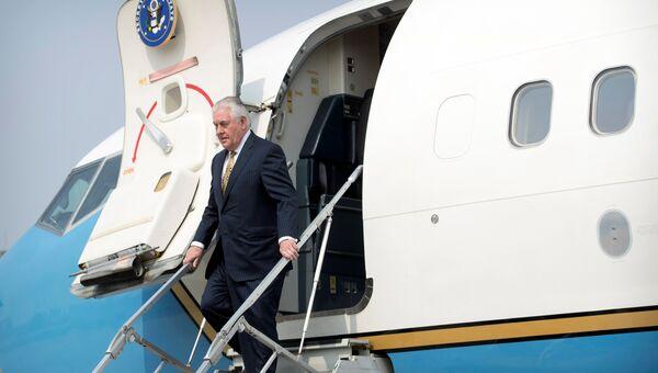 Госсекретарь США Рекс Тиллерсон выходит из самолета в Пекине. Архивное фото