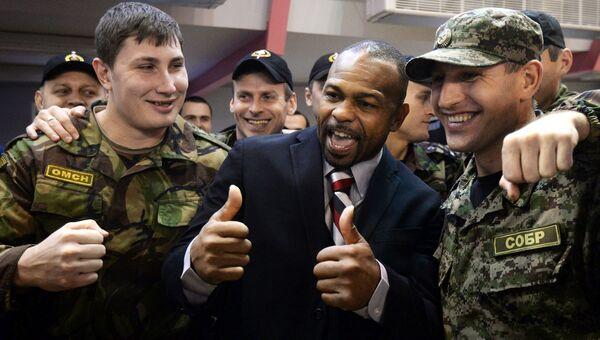 Боксер Рой Джонс фотографируется с сотрудниками полиции