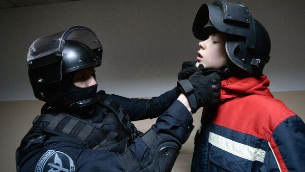 Мальчик во время знакомства со специальной экипировкой бойцов СОБРа в день открытых дверей