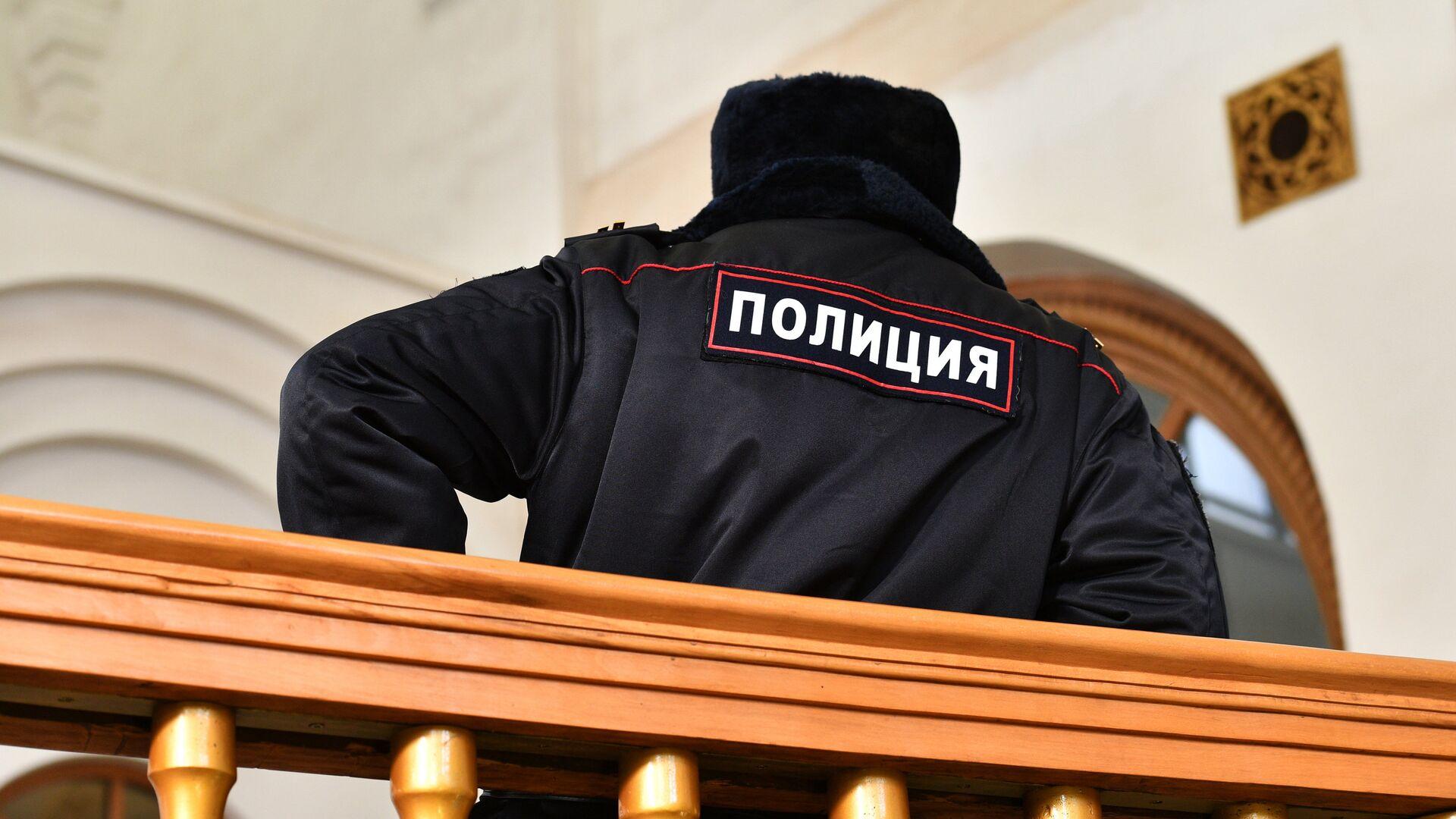 Сотрудник полиции на станции метро - РИА Новости, 1920, 11.10.2020
