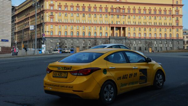 Автомобиль такси на Лубянской площади в Москве. Архивное фото