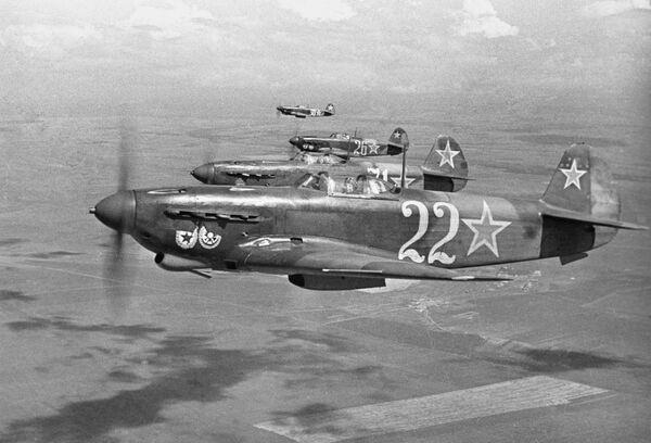 Истребители гвардейского Краснознаменного авиаполка в небе над Севастополем