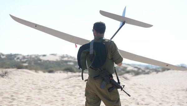 Израильский военный с разведывательным беспилотником Skylark. Архивное фото