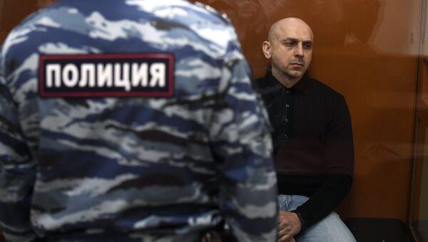 Хасан Закаев - предполагаемый соучастник теракта в театральном центре на Дубровке - в Московском окружном военном суде. Архивное фото