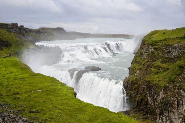 Посетители у водопада Гюдльфосс в Исландии