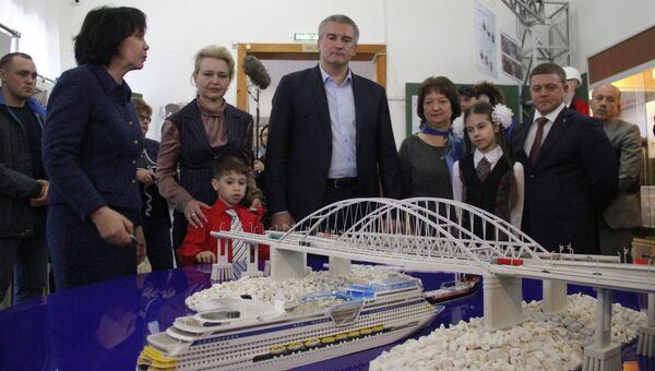 Глава Республики Крым Сергей Аксенов (в центре) принял участие в открытии выставки Крымский мост. Фантастическая реальность в Керчи