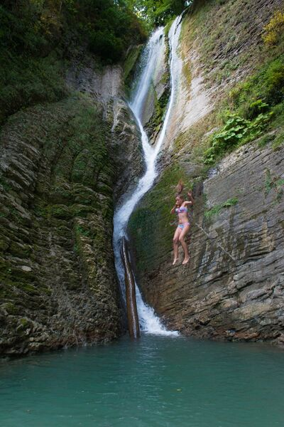 Влюбленные у Ореховского водопада в Сочинском национальном парке