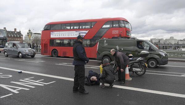 Раненный мужчина на Вестминстерском мосту в Лондоне