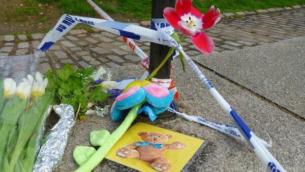 Цветы на месте теракта у здания парламента Великобритании в Лондоне. Архивное фото