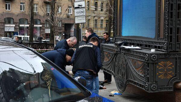 Сотрудники правоохранительных органов на месте убийства бывшего депутата Государственной Думы РФ Дениса Вороненкова в Киеве. Архивное фото