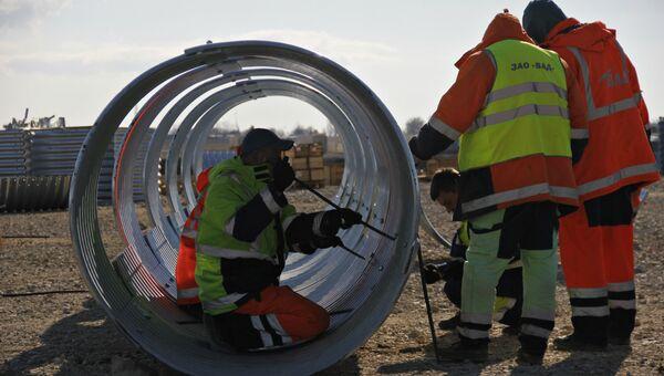 Монтаж водопропускных труб на месте строительства автомобильного подхода к мосту через Керченский пролив со стороны Крыма. Архивное фото