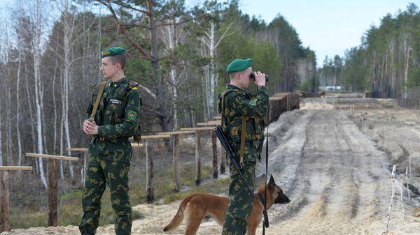 Сотрудники Мозырского пограничного отряда патрулируют контрольно-следовую полосу на белорусско-украинской границе