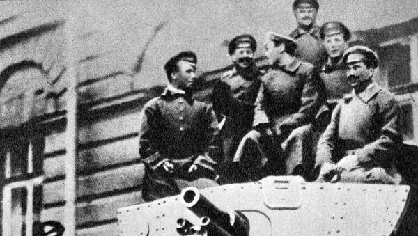 Военные на тяжелом броневике Илья Муромец, прибывшем к Смольному в распоряжение Военно-революционного комитета