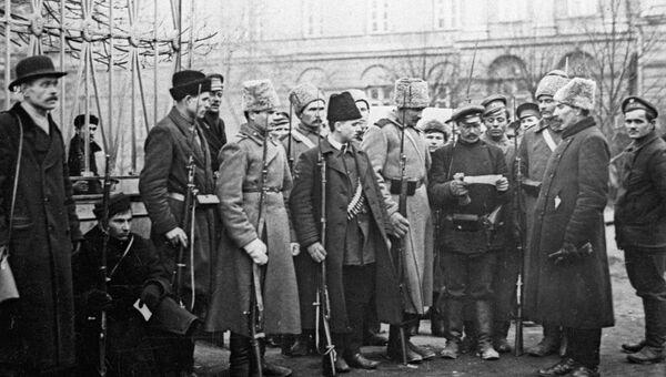 Солдаты и ополченцы у Смольного в октябрьские дни 1917 года