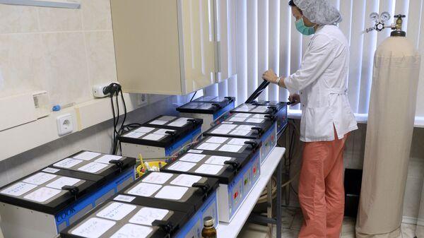 Сотрудница центра работает с оплодотворенными яйцеклетками в научном центре акушерства, гинекологии и перинатологии им. В.И. Кулакова в Москве.