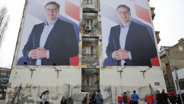 Плакаты с изображением одного из кандидатов в президенты Сербии - председателя правительства Александра Вучича. Нови-Сад, 18 марта 2017 года