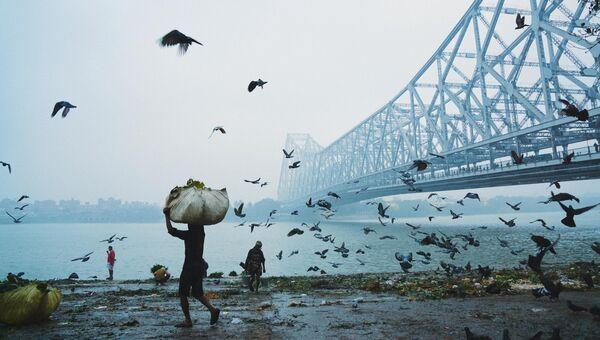 Работа фотографа из Бангладеш Mohammad Amir Hamja Howrah Bridge для 2017 Sony World Photography Awards