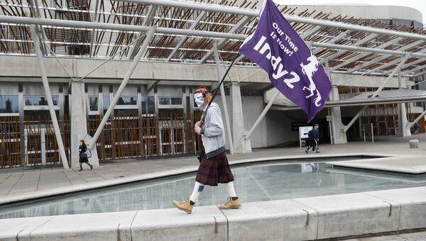 Сторонник независимости Шотландии у здания парламента в Эдинбурге