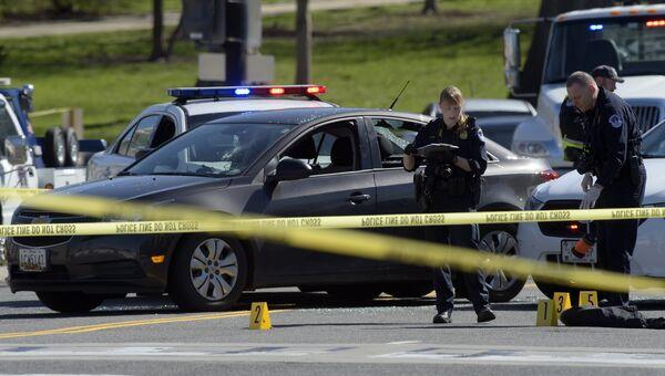 Сотрудники полиции на месте инцидента возле Капитолия США в Вашингтоне. Архивное фото